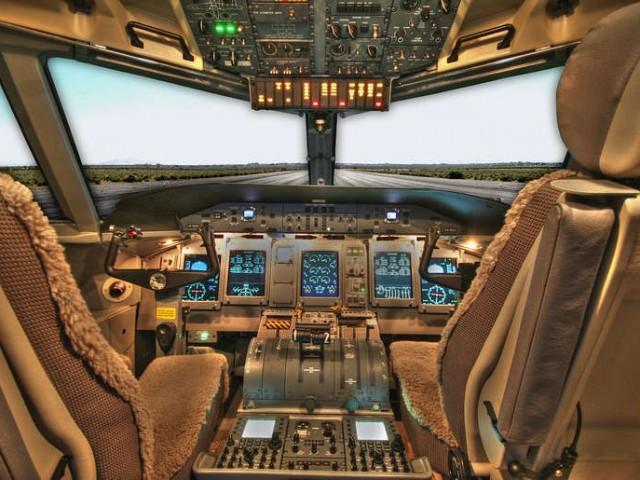 Cabina-Plano-Avion-Chorro-Pasajeros-Piloto