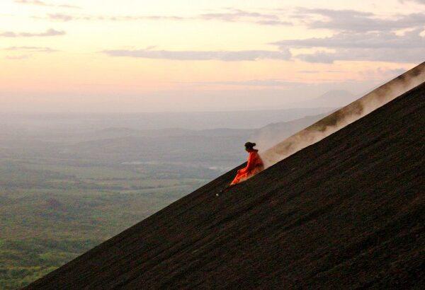 اسکیت سواری در دهانه یک آتشفشان فعال در کشور نیکاراگوئه