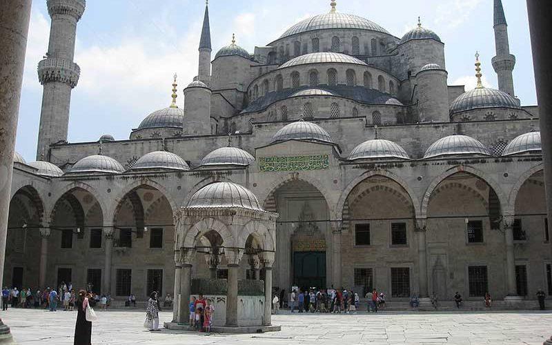 حیاط مسجد آبی