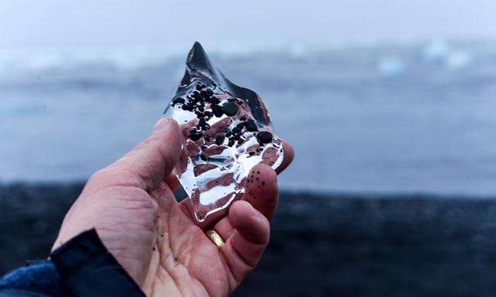 ساحل آتشفشانی این دریا و یخچال های طبیعی