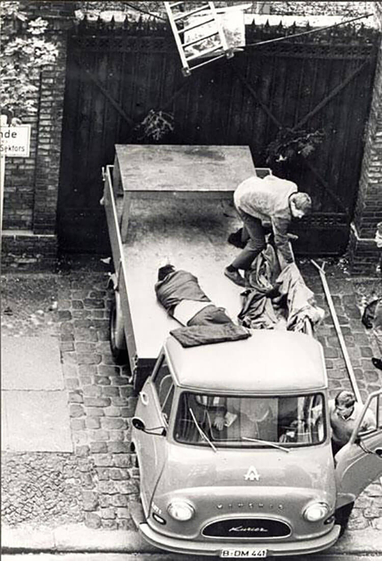 مردی در حال فرار از دیوار برلین