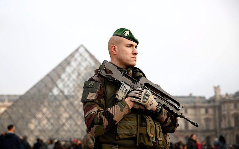 نیروهای امنیتی در موزه لوور