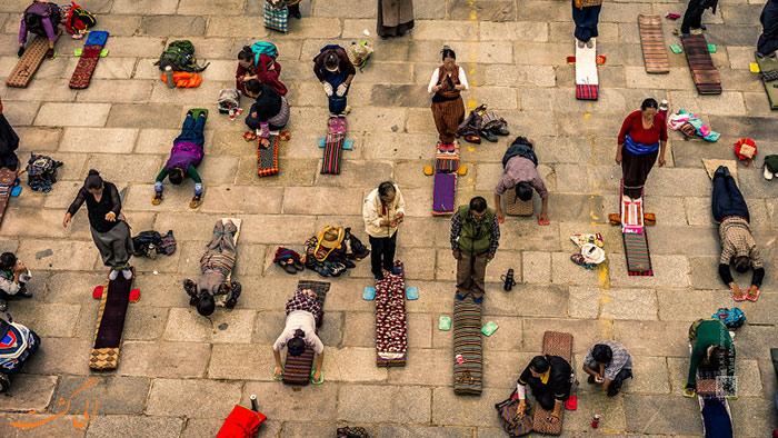 نمای دیگری از عبادت مردم در صومعه