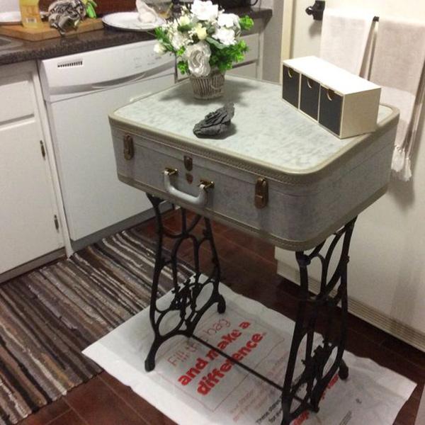 چمدان قدیمی به جای میز