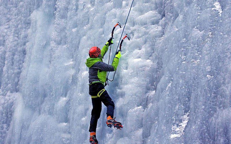بالارفتن از آبشار یخ زده