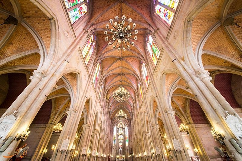 نمایی از سقف کلیسای جامع قلب مقدس