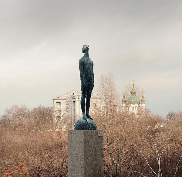عکس مجسمه مرد بارانی