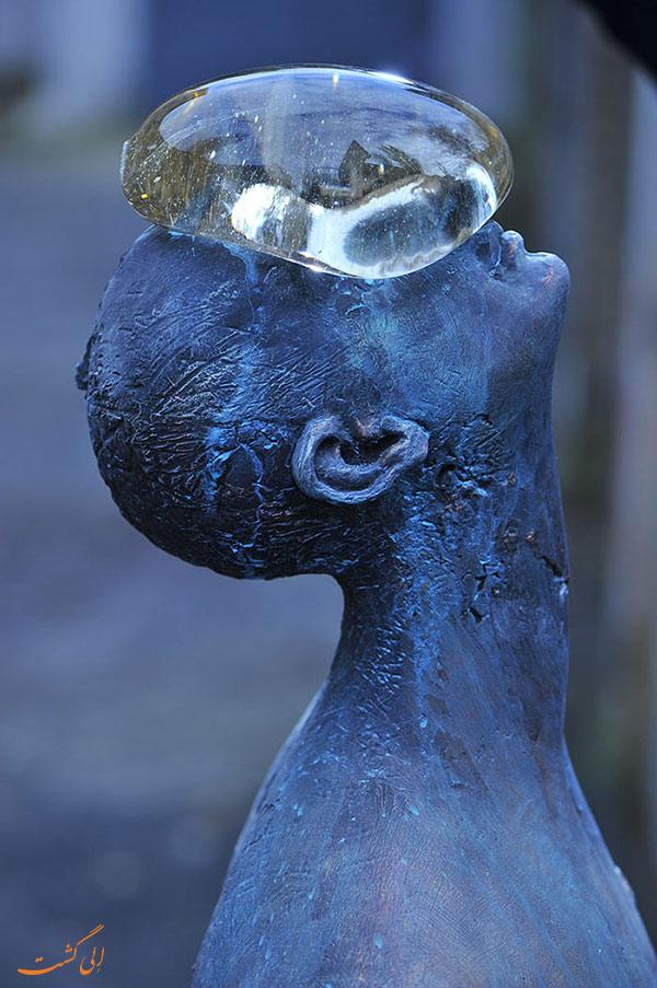 مجسمه مرد بارانی