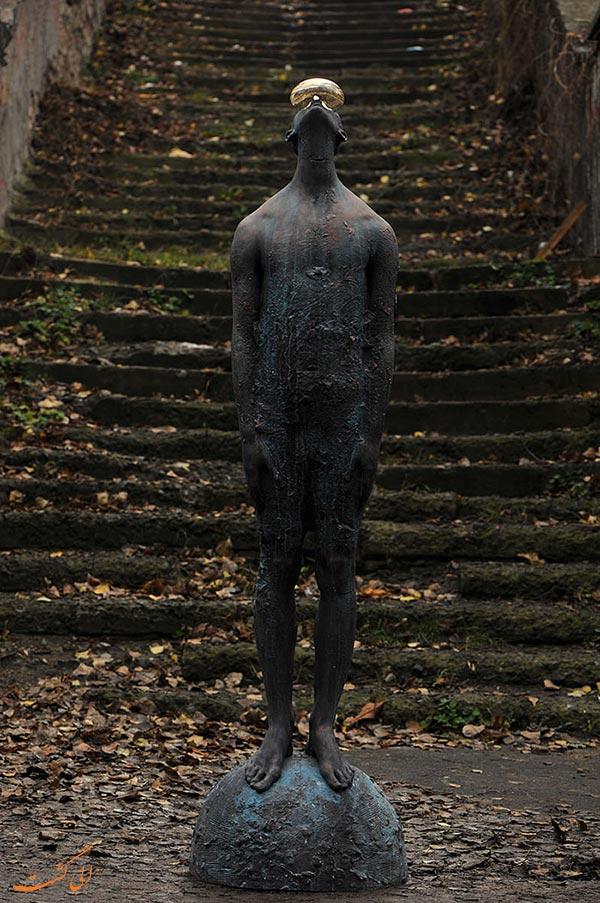 مجسمه مرد بارانی در کیف
