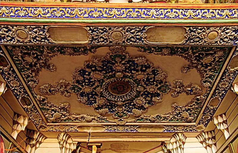 نقاشی ها و گچبری های سقفی