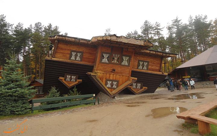 بازدید از خانه وارونه در روز بارانی