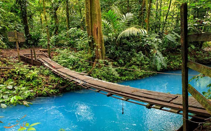 رودخانه ای با آب های فیروزه ای