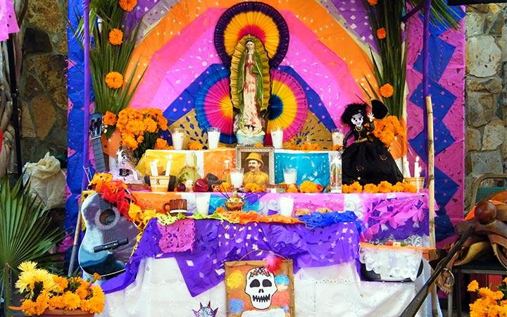 محراب تزیین شده برای فستیوال مرگ