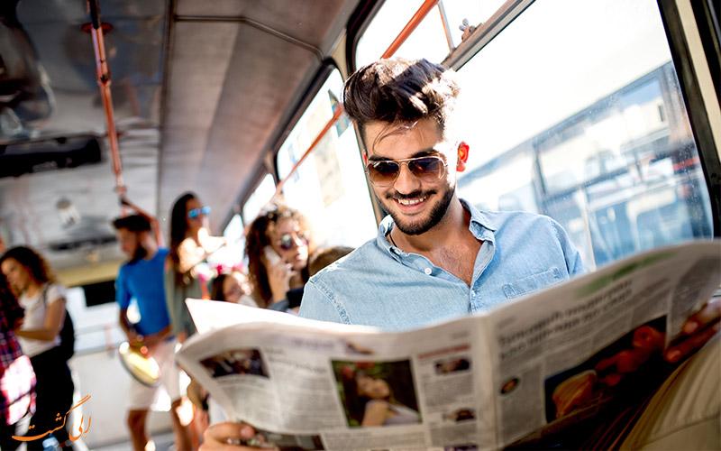 مسافری در حال خواندن روزنامه