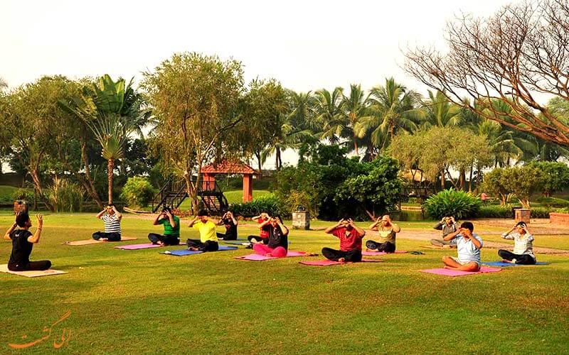 تمرینات یوگا در پارکی در بمبئی