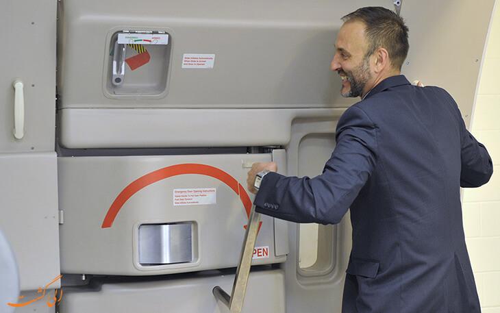 باز کردن در هواپیما