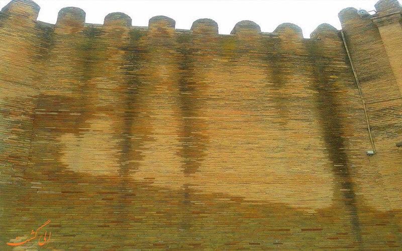 آثار نم در قلعه فلک الافلاک