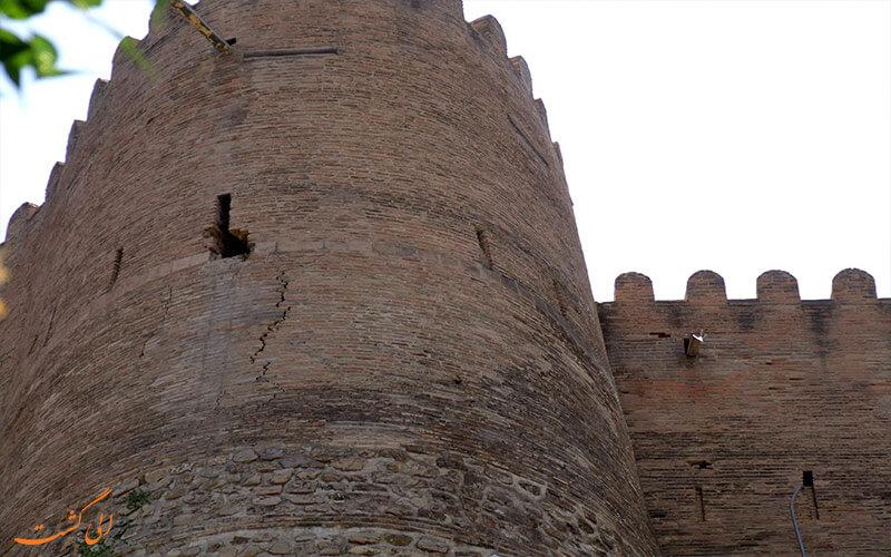 بروز شکاف در دیواره ی قلعه ی فلک الافلاک