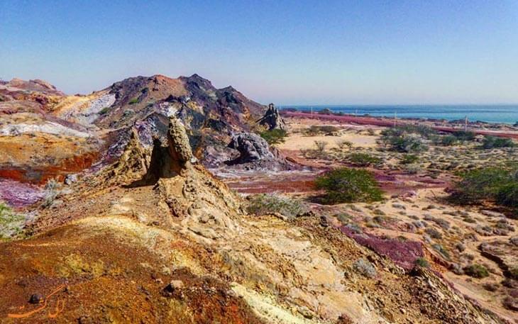 نمایی ار کوه های رنگی جزیره هرمز