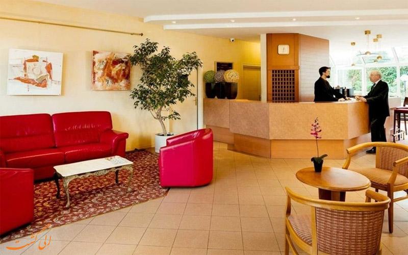 خدمات رفاهی هتل ابریال پاریس- میز پذیرش