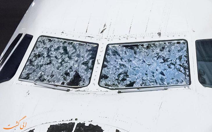شکستن پنجره هواپیما