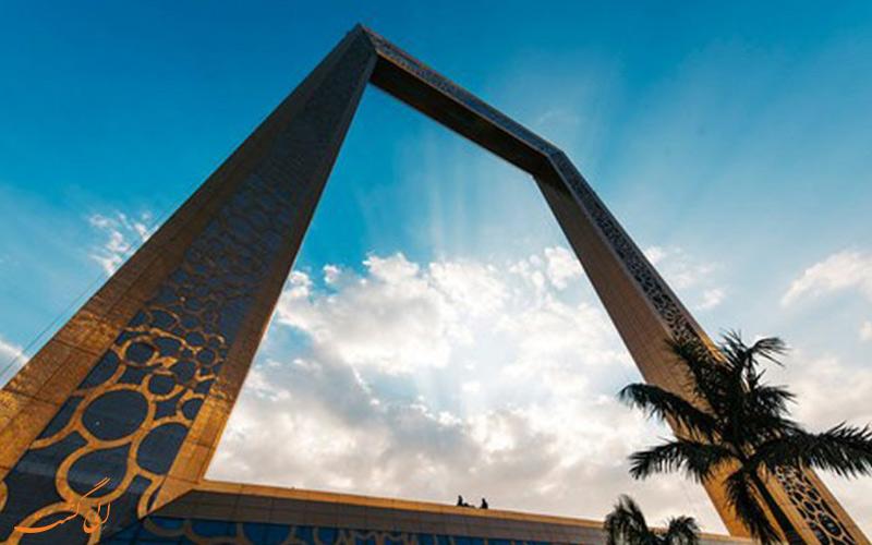 برج قاب دبی از نمای پایین