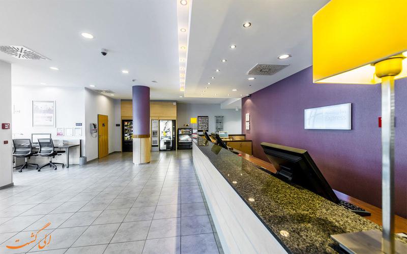 خدمات رفاهی هتل هالیدی این اکسپرس سیتی سنتر برلین - میز پذیرش