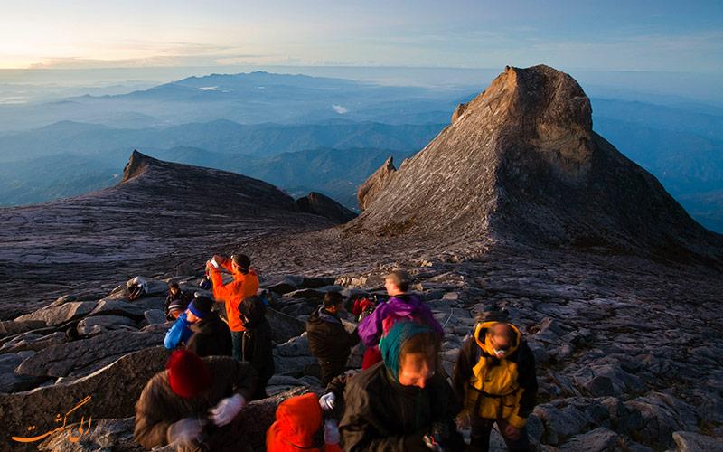 صعود طبیعت گردان به کوه
