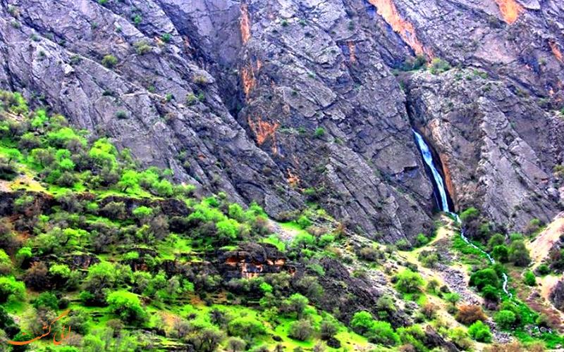 آبشار زیبا در دره عشق
