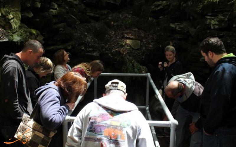 تماشای مردم از غار
