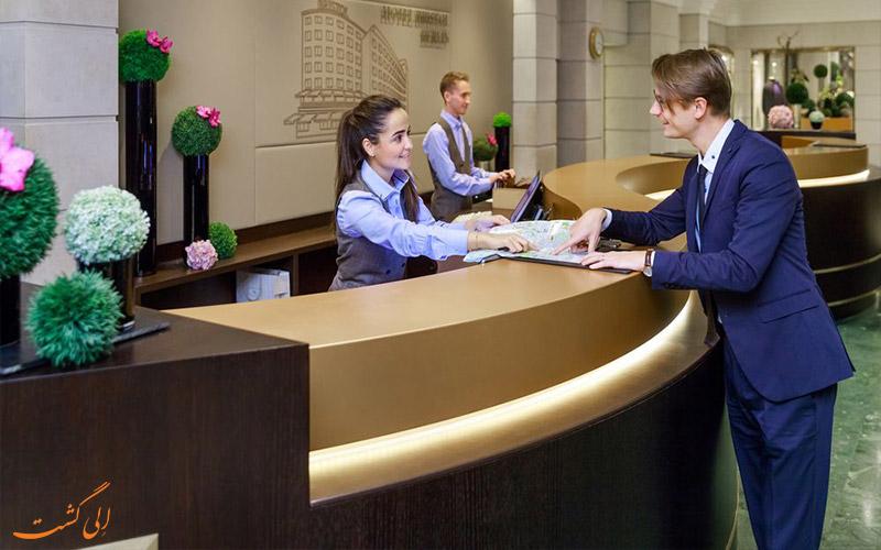 هتل بریستول برلین- میز پذیرش
