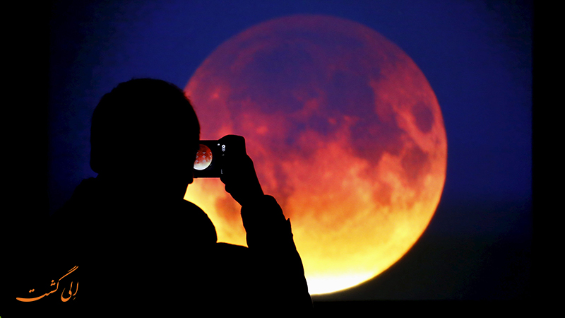 ماه قرمز رنگ