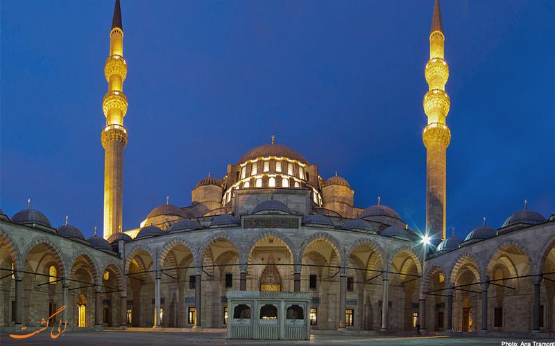 نمای ساختمان از وردی حیاط مسجد سلیمانیه در شب