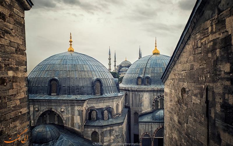 گنبدهای مسجد سلیمانیه از لا به لای بنا