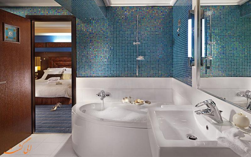 حمام اتاق های هتل کراون پلازا آتن