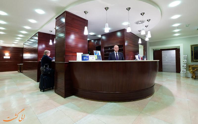 خدمات رفاهی هتل دله نازیونی رم- میز پذیرش