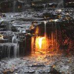 آتشی که زیر این آبشار می بینید، کاملا طبیعی است! + تصویر
