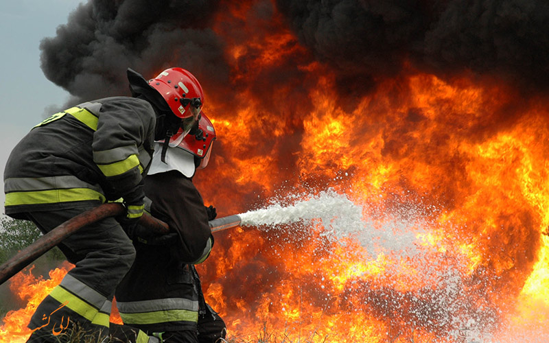 مهار آتش توسط آتشنشانان
