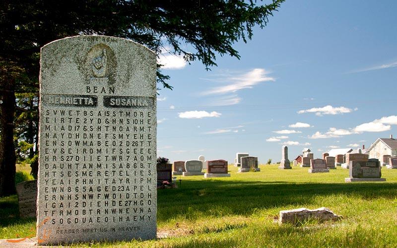 معمای عجیب روی سنگ قبر همسر دکتر بین