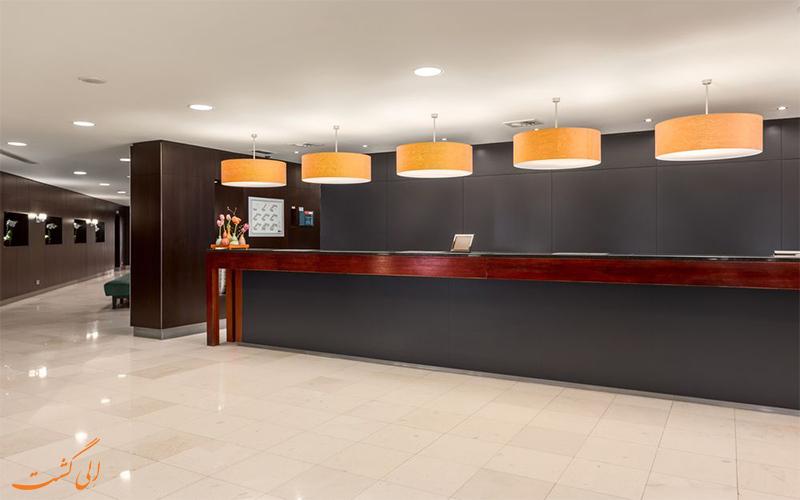 خدمات رفاهی هتل ان اچ سنتر آمستردام- میز پذیرش