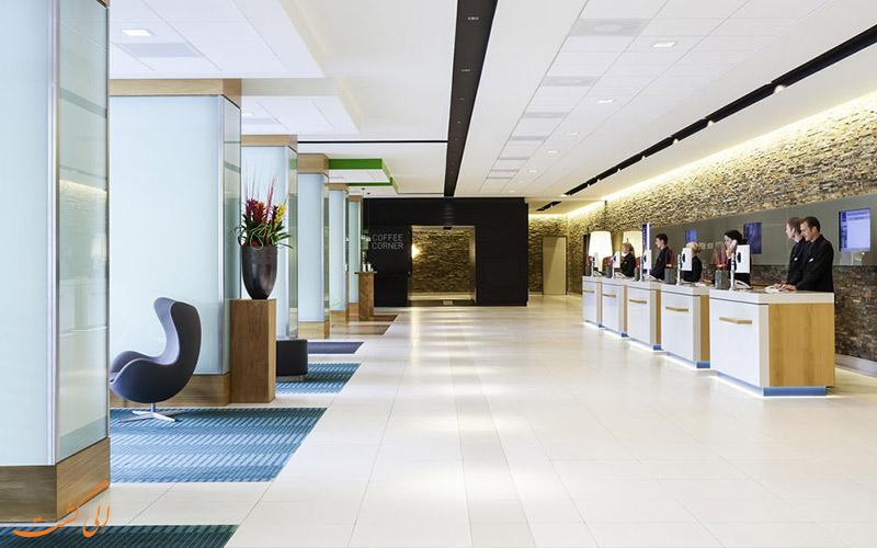 خدمات رفاهی هتل نووتل آمستردام- میز پذیرش