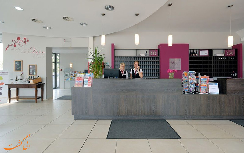 خدمات رفاهی هتل مرکیور ام الکساندرپلاتز برلین- میز پذیرش