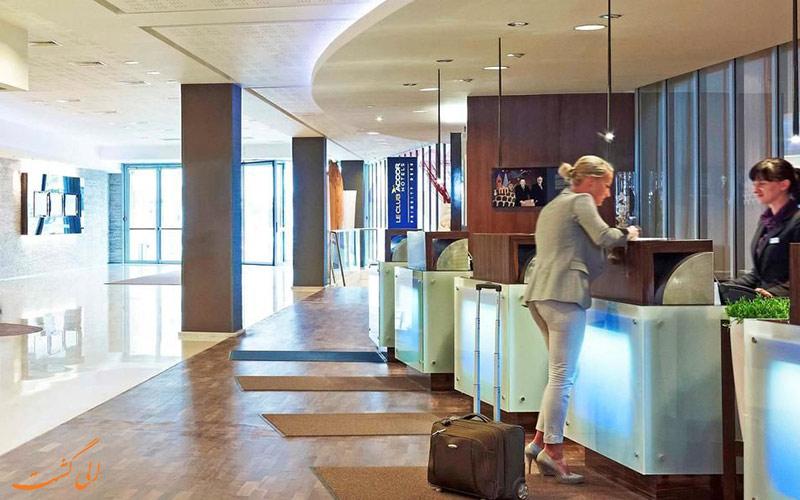 خدمات رفاهی هتل نووتل سنترام ورشو- میز پذیرش