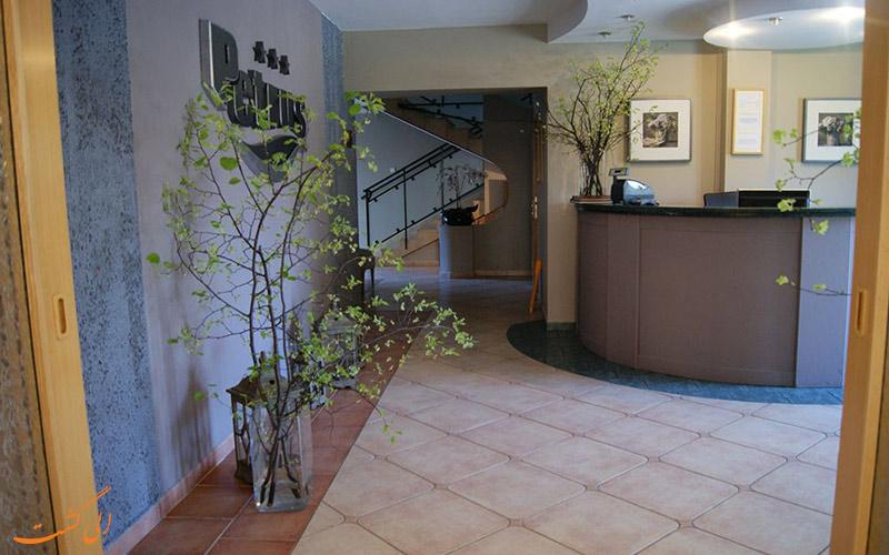 خدمات رفاهی هتل پتروس کراکوف- میز پذیرش