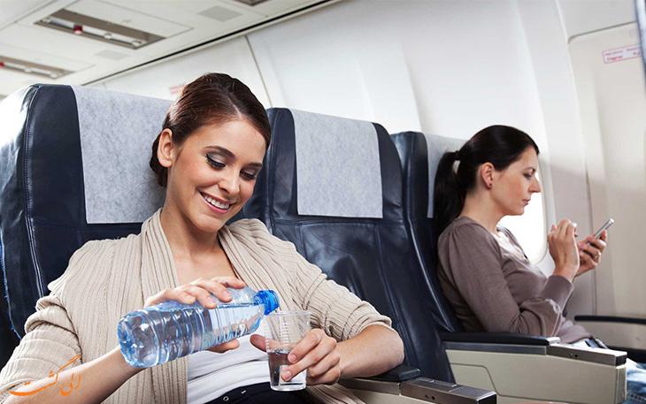 نوشیدنی آب کافی در پرواز