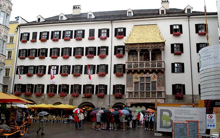 ساختمان سقف طلایی