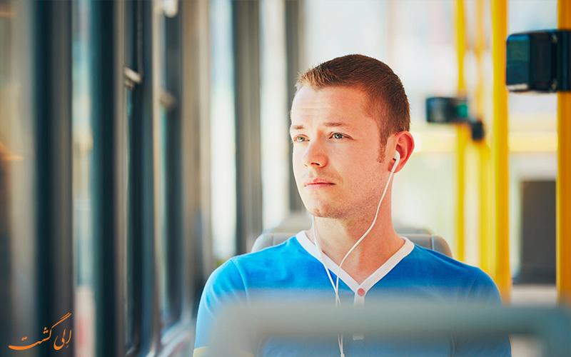 ماشین گرفتگی در سفر - گوش دادن به موسیقی