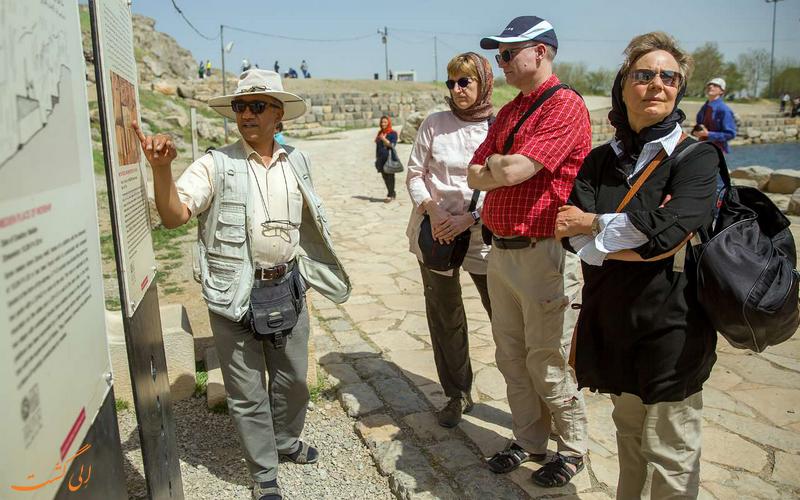 گردشگران خارجی در محوطه تاریخی بیستون