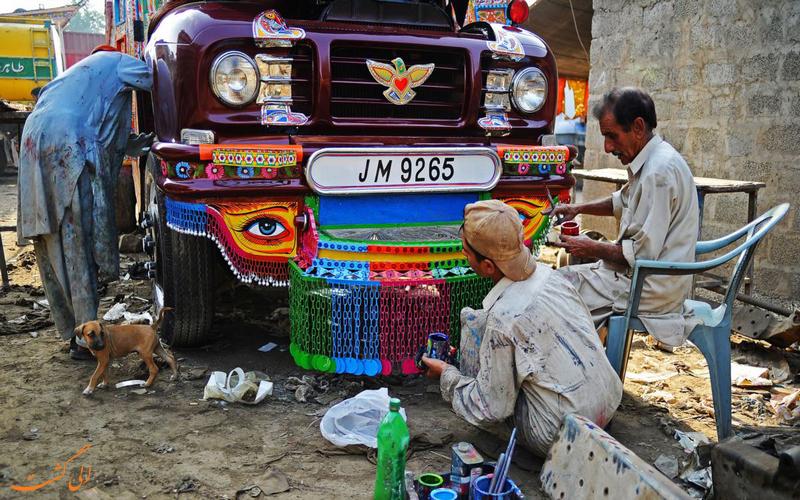 رانندها در حال تزئین کامیونشان