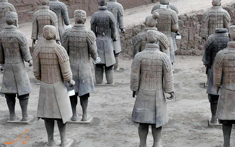 پشت سربازان ایستاده